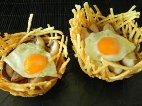 25-nido-de-patatas-con-huevos-de-codorniz-sobre-cama-de-boletus-e1445186613764