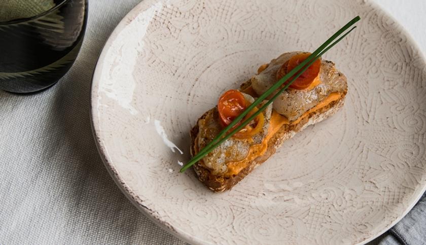 tosta-de-skrei-con-salmorejo-suave-by-aitor-falcc3b3n_top_regular